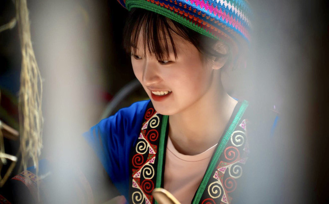 Thiếu nữ H'mông xinh đẹp lọt vào ống kính khách du lịch, danh tính của cô khiến tất cả tò mò