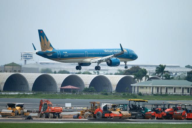 [ẢNH] Chuyến bay đầu tiên đưa 207 người mắc kẹt ở tâm dịch Đà Nẵng về tới Hà Nội - Ảnh 1.