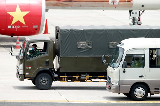 [ẢNH] Chuyến bay đầu tiên đưa 207 người mắc kẹt ở tâm dịch Đà Nẵng về tới Hà Nội - Ảnh 3.
