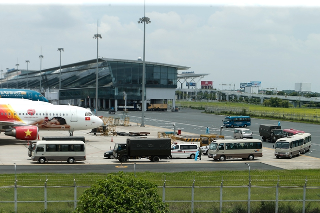[ẢNH] Chuyến bay đầu tiên đưa 207 người mắc kẹt ở tâm dịch Đà Nẵng về tới Hà Nội - Ảnh 2.