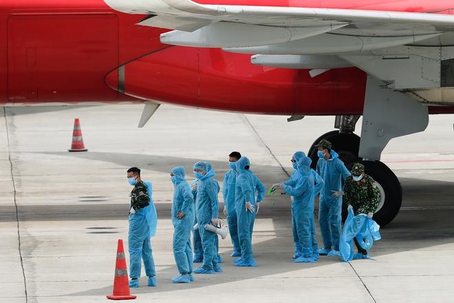 [ẢNH] Chuyến bay đầu tiên đưa 207 người mắc kẹt ở tâm dịch Đà Nẵng về tới Hà Nội - Ảnh 5.