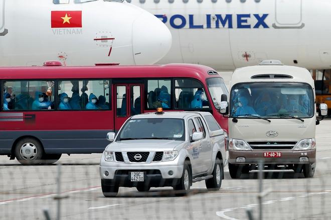 [ẢNH] Chuyến bay đầu tiên đưa 207 người mắc kẹt ở tâm dịch Đà Nẵng về tới Hà Nội - Ảnh 16.