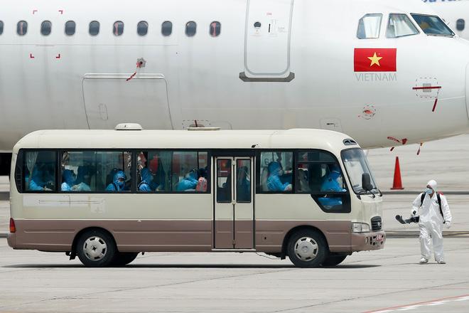 [ẢNH] Chuyến bay đầu tiên đưa 207 người mắc kẹt ở tâm dịch Đà Nẵng về tới Hà Nội - Ảnh 15.