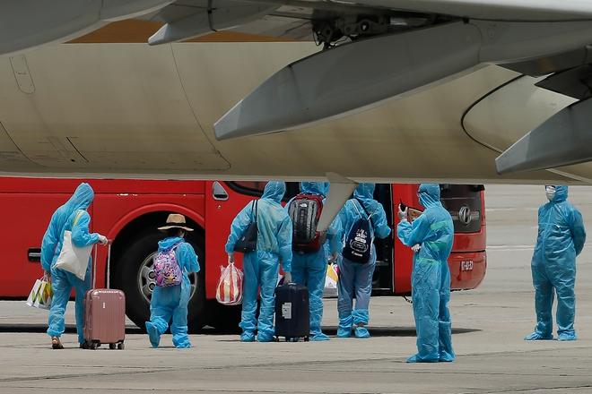 [ẢNH] Chuyến bay đầu tiên đưa 207 người mắc kẹt ở tâm dịch Đà Nẵng về tới Hà Nội - Ảnh 6.