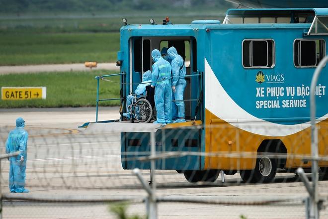 Chuyến bay đầu tiên đưa 207 người mắc kẹt ở tâm dịch Đà Nẵng về tới Hà Nội - Ảnh 7.