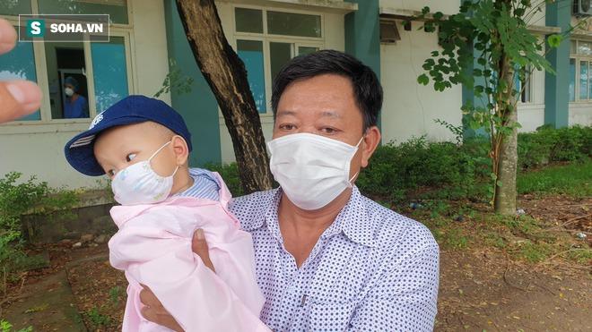 Nghẹn ngào giây phút bé 8 tháng tuổi ở Đà Nẵng chiến thắng Covid-19, trở về với ông bà - Ảnh 3.