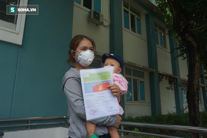 Nghẹn ngào giây phút bé 8 tháng tuổi ở Đà Nẵng chiến thắng Covid-19, trở về với ông bà - Ảnh 2.