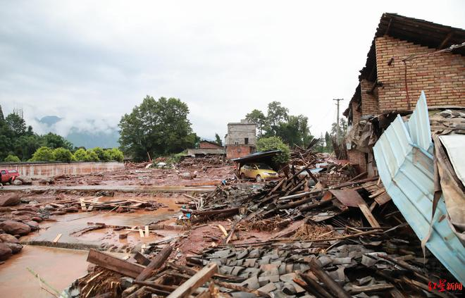 Lũ lụt ở TQ: Dòng sông như thay đổi tính nết, cuốn trôi 2 con trước mắt mẹ già trong vài phút - Ảnh 1.