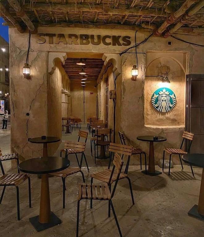 Cửa hàng Starbucks tại xứ siêu giàu gây bất ngờ với mái lá, tường nứt cũ kỹ như nhà đất Việt Nam - Ảnh 5.