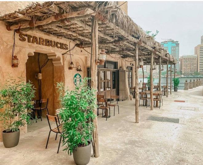 Cửa hàng Starbucks tại xứ siêu giàu gây bất ngờ với mái lá, tường nứt cũ kỹ như nhà đất Việt Nam - Ảnh 2.