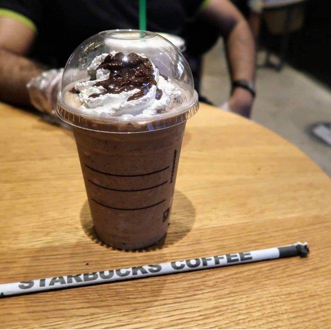 Cửa hàng Starbucks tại xứ siêu giàu gây bất ngờ với mái lá, tường nứt cũ kỹ như nhà đất Việt Nam - Ảnh 11.