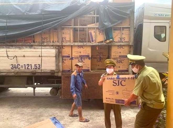 Bắt giữ xe tải chở hàng trăm nghìn khẩu trang y tế lậu từ Nam ra Bắc - Ảnh 1.