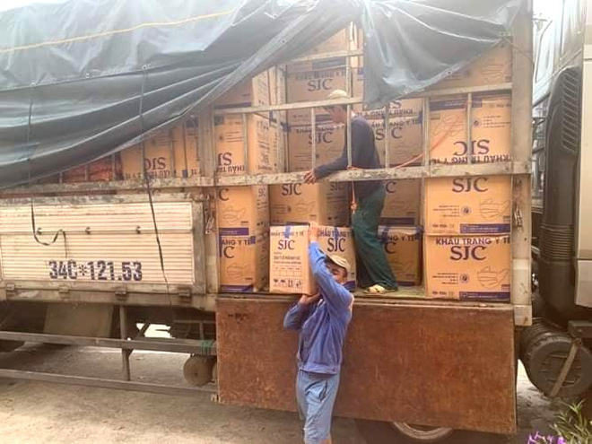 Bắt giữ xe tải chở hàng trăm nghìn khẩu trang y tế lậu từ Nam ra Bắc - Ảnh 2.