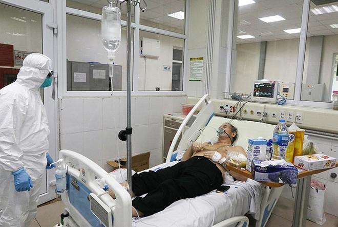 BV Bệnh Nhiệt đới Trung ương: 3 bệnh nhân COVID-19 diễn biến nặng, BN812 bị tổn thương 70% chức năng phổi - Ảnh 1.