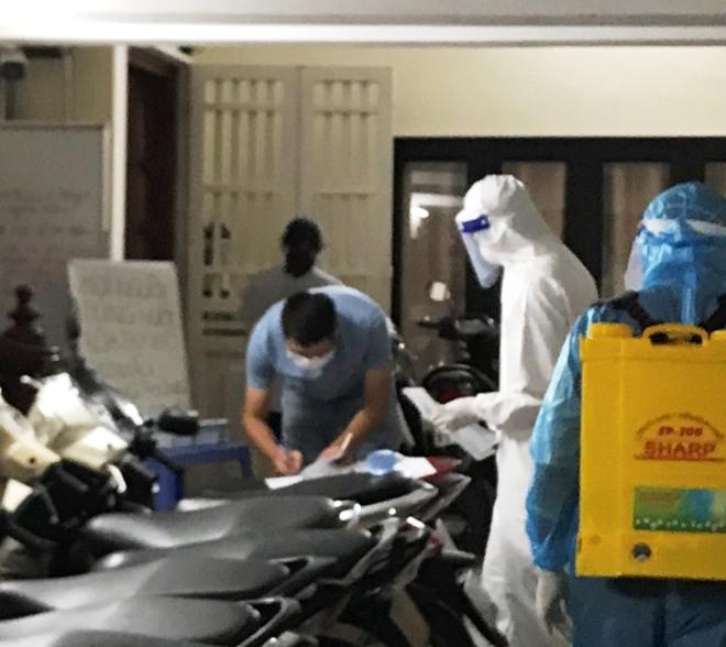 Hà Nội phun khử trùng nơi có ca nghi nhiễm mới; Tin mới vụ người phụ nữ mang giường xếp đến UBND xã nằm để phản đối cách ly - Ảnh 1.