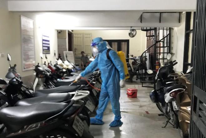 Hà Nội phun khử trùng nơi có ca nghi nhiễm mới; Tin mới vụ người phụ nữ mang giường xếp đến UBND xã nằm để phản đối cách ly - Ảnh 2.