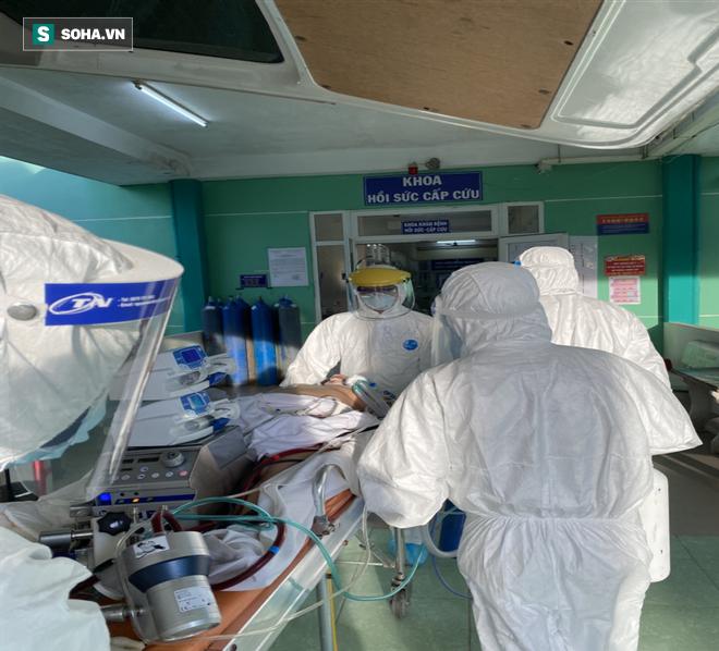 [Ảnh] Cận cảnh hành trình 15 ngày đưa bệnh nhân Covid-19 từ cửa tử trở về của các y bác sĩ ở tâm dịch Đà Nẵng - Ảnh 3.