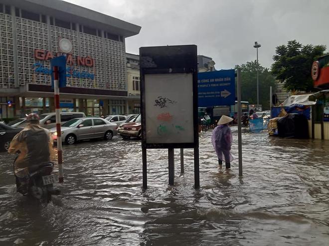 Clip: Mưa lớn vào giờ tan tầm, nhiều tuyến phố Hà Nội ngập úng, người dân chật vật trở về nhà - Ảnh 6.