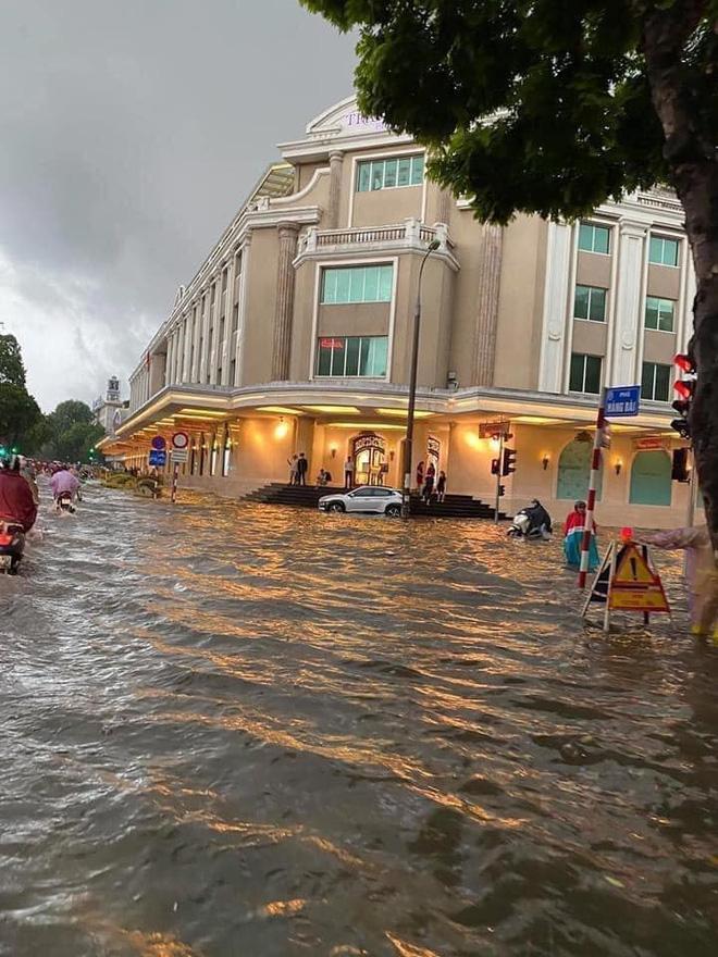 Clip: Mưa lớn vào giờ tan tầm, nhiều tuyến phố Hà Nội ngập úng, người dân chật vật trở về nhà - Ảnh 2.