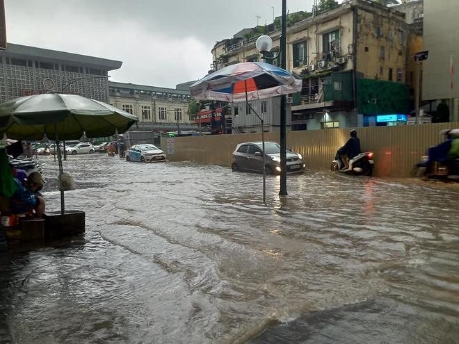 Clip: Mưa lớn vào giờ tan tầm, nhiều tuyến phố Hà Nội ngập úng, người dân chật vật trở về nhà - Ảnh 5.