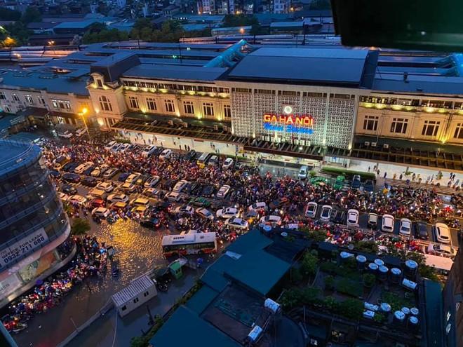 Clip: Mưa lớn vào giờ tan tầm, nhiều tuyến phố Hà Nội ngập úng, người dân chật vật trở về nhà - Ảnh 7.