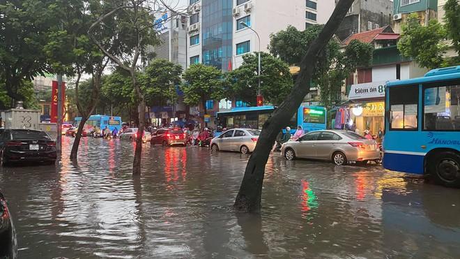 Clip: Mưa lớn vào giờ tan tầm, nhiều tuyến phố Hà Nội ngập úng, người dân chật vật trở về nhà - Ảnh 8.