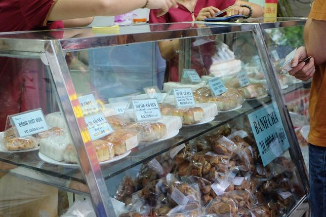 3 hàng bánh Trung thu nổi tiếng ngon rẻ, khách xếp hàng như thời bao cấp - Ảnh 1.