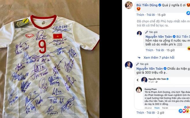 Vừa mở phiên đấu giá, chiếc áo số 9 của Văn Toàn được trả 300 triệu đồng