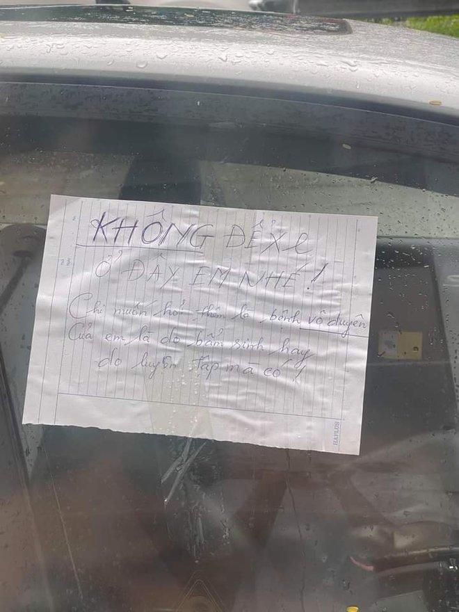 Đỗ ô tô chắn cửa nhà, tài xế tái mặt với câu hỏi viết trên tờ giấy dán trên kính xe - Ảnh 2.