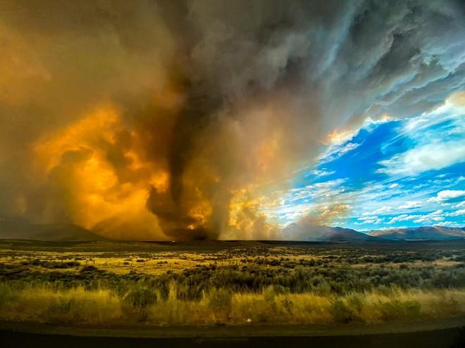 Clip: Xuất hiện lốc xoáy lửa dữ dội, từng gây chết người ở Mỹ - Ảnh 3.