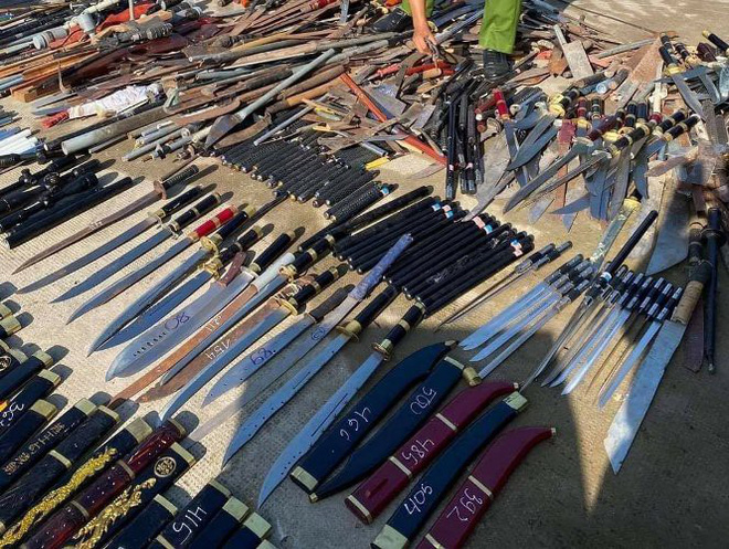 Bình Dương: Nung tan chảy gần 1.000 thanh kiếm, mã tấu - Ảnh 2.