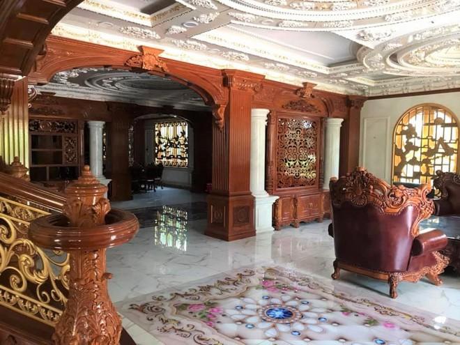 Đại gia Bình Dương rao bán căn biệt thự ốp gỗ, chạm trổ, dát vàng vô cùng cầu kỳ - Ảnh 2.