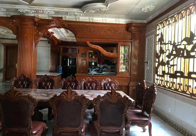 Đại gia Bình Dương rao bán căn biệt thự ốp gỗ, chạm trổ, dát vàng vô cùng cầu kỳ - Ảnh 4.