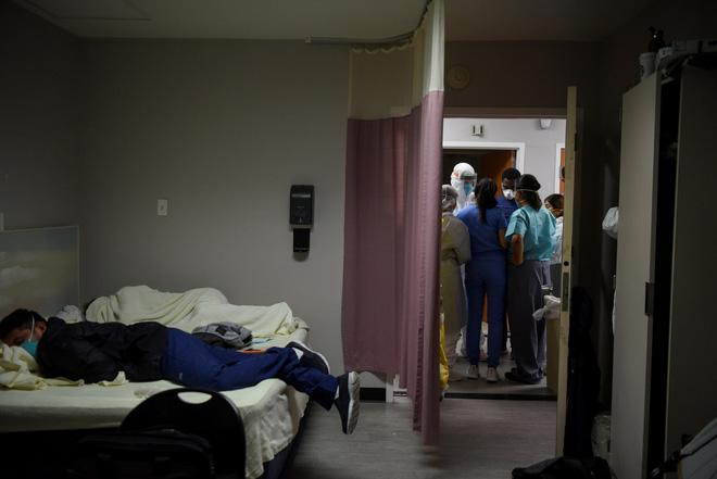 Bác sĩ kể chuyện chống COVID-19 ở Mỹ: Bị đe dọa khi tuyên truyền đeo khẩu trang, bật khóc giữa lúc khám bệnh - Ảnh 2.