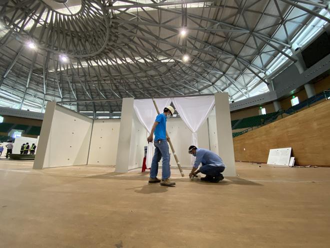 Thần tốc hoàn thiện bệnh viện dã chiến 300 giường trong nhà thi đấu Cung Thể thao ở Đà Nẵng - Ảnh 1.