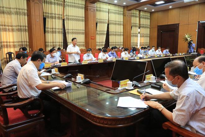 Hủy chuyến công tác giữa dịch Covid-19, Bí thư, Chủ tịch Thái Bình về chủ trì họp khẩn - Ảnh 1.