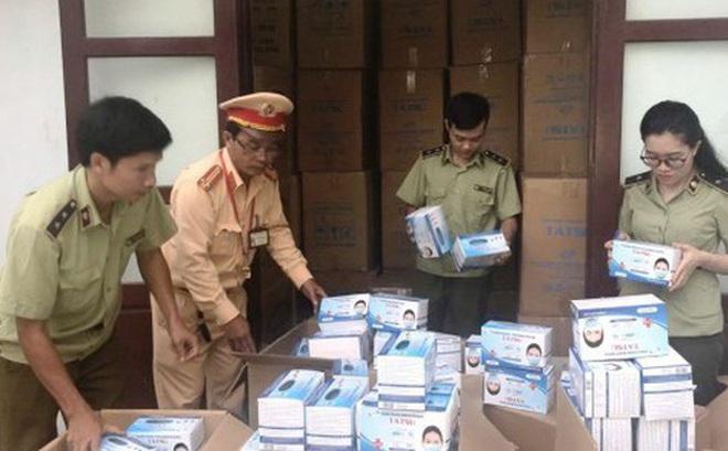 Quảng Bình: Bắt quả tang xe tải chở 1 triệu khẩu trang y tế lậu