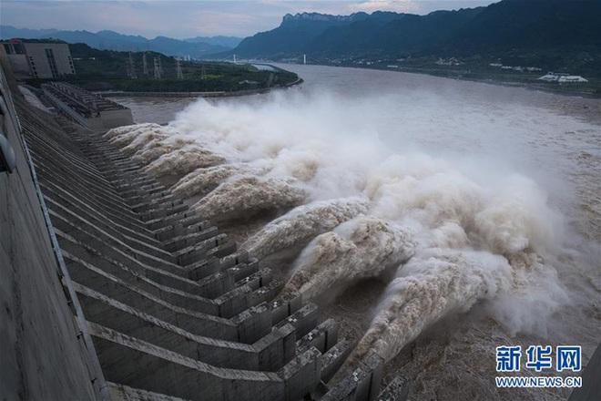 Trung Quốc gấp rút đối phó đỉnh lũ siêu lớn trên sông Trường Giang - Ảnh 1.
