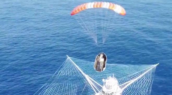 Kinh ngạc với cách SpaceX hứng đầu tên lửa rơi xuống từ ngoài vũ trụ - Ảnh 2.