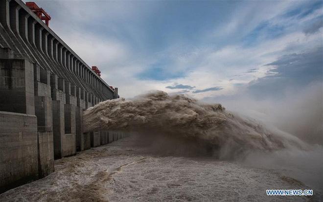 Đập Tam Hiệp lần đầu mở toàn bộ 10 cửa xả, nước lũ cuồn cuộn đổ ra - Ảnh 3.