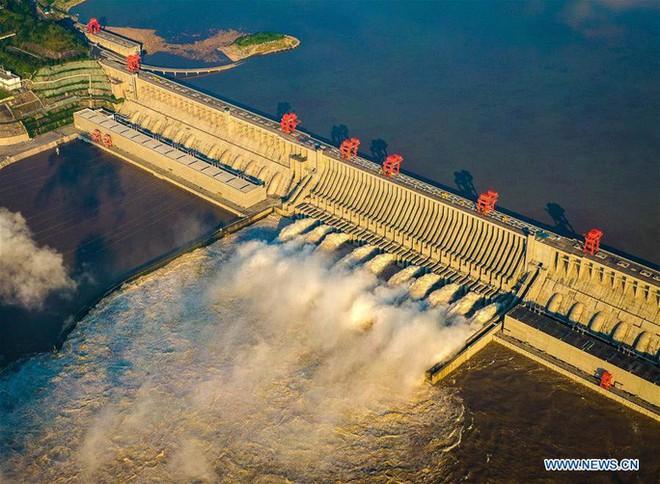 Đập Tam Hiệp lần đầu mở toàn bộ 10 cửa xả, nước lũ cuồn cuộn đổ ra - Ảnh 5.