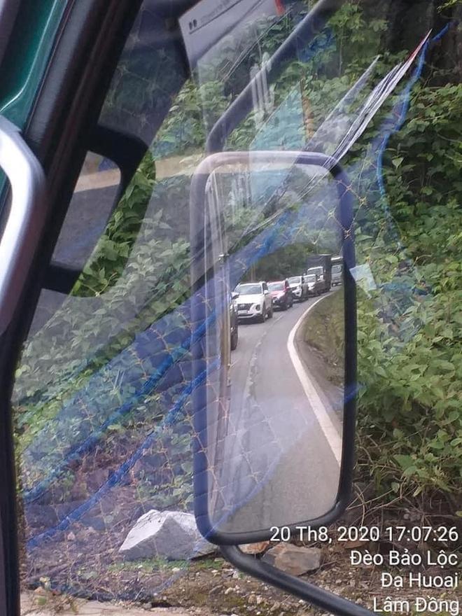 CLIP: Cố len vào giữa xe tải và xe bồn, tài xế bị người đàn ông đánh túi bụi giữa đường - Ảnh 4.