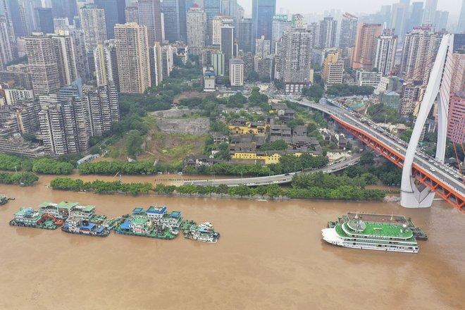 2 đợt lũ trên 2 sông cùng tập kích Trùng Khánh (TQ): Lũ cao nhất trong 40 năm, nước gần nhấn chìm biển tên đường - Ảnh 6.