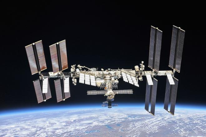 Trạm Vũ trụ Quốc tế gặp trục trặc bất ngờ, phi hành gia đi trú ẩn - Ảnh 1.