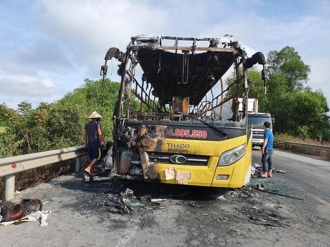 Xe giường nằm bốc cháy khi chạy trên quốc lộ, 10 hành khách phá cửa thoát thân - Ảnh 3.