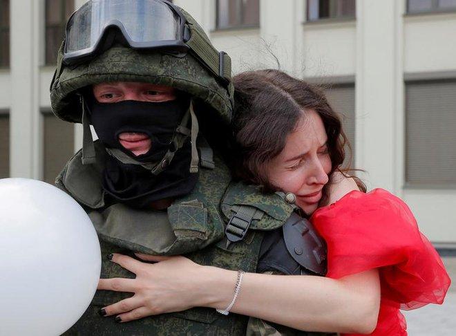 7 ngày qua ảnh: Cô gái ôm cảnh sát chống bạo động giữa cuộc biểu tình ở Belarus - Ảnh 4.