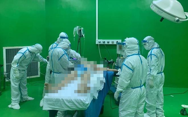 Mổ cấp cứu cho bệnh nhân Covid-19 bị chảy máu dạ dày ở Đà Nẵng - Ảnh 1.