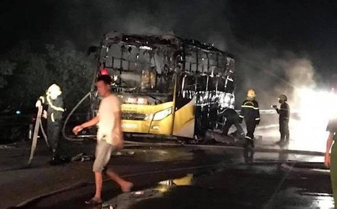 Xe giường nằm bốc cháy khi chạy trên quốc lộ, 10 hành khách phá cửa thoát thân
