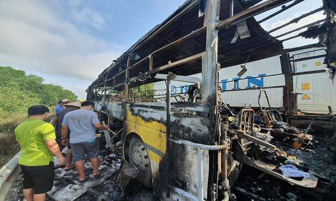 Xe giường nằm bốc cháy khi chạy trên quốc lộ, 10 hành khách phá cửa thoát thân - Ảnh 2.