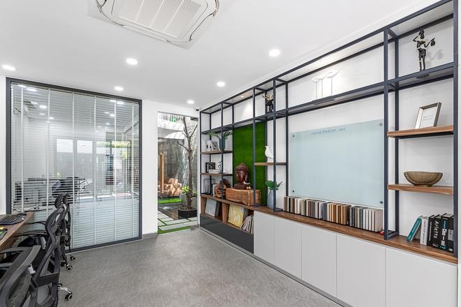 Tp.HCM: Căn nhà tạo sự ảo giác, có hồ cá Koi và vườn cây trên sân thượng - Ảnh 2.
